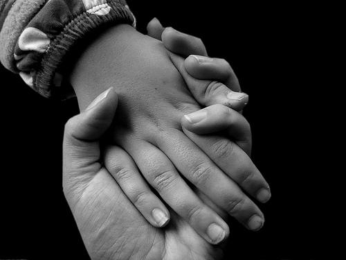 Erwachsenen-Hand hält Kinderhand