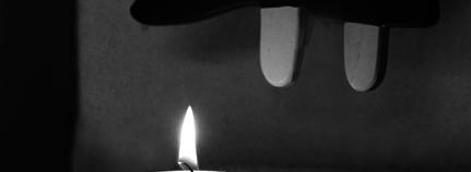 Engel schwebt über einer Kerze