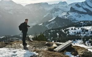 Ein Fotograf im Gebirge