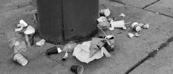 Müll rund um eine Mülltonne